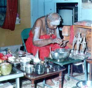 Kripananda Variar performing daily puja